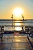 De mening van de zonsondergang van de veerboot aan de Krim en plat Stock Afbeeldingen