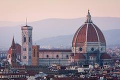 De mening van de zonsondergang van kathedraal Duomo in Florence, Italië stock afbeelding