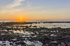 De mening van de zonsondergangatlantische oceaan bij Dar Bouazza-strand, in Tamarist, Stock Afbeeldingen