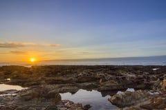 De mening van de zonsondergangatlantische oceaan bij Dar Bouazza-strand, in Tamarist, Stock Foto