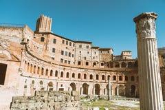 De mening van dioclezianobaden ruïneert in Rome met kolom een markt in daglicht royalty-vrije stock foto