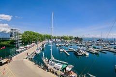 De mening van diverse klassieke jachten en de boten die zich in de plaats van meerontario bevinden parkeren baai Royalty-vrije Stock Afbeelding