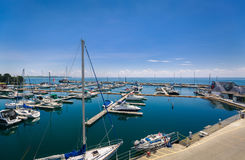 De mening van diverse klassieke jachten en de boten die zich in de plaats van meerontario bevinden parkeren baai op zonnige de zo Royalty-vrije Stock Afbeelding