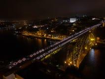 De mening van Dom Luis Bridge in een bewolkte nacht, Porto, Portugal royalty-vrije stock foto's