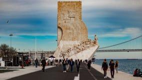 De mening van Dos Descobrimentos van Belémspadrã£o met een mooie blauwe hemel royalty-vrije stock foto