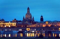 De mening van Dresden van Elbe 's nachts rivier royalty-vrije stock afbeelding