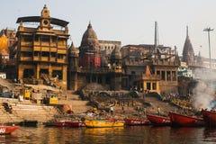 De mening van een boot glijdt door water op de rivier van Ganges langs kust van Varanasi Royalty-vrije Stock Afbeeldingen