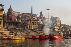 De mening van een boot glijdt door water op de rivier van Ganges langs kust van Varanasi Stock Fotografie