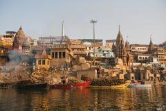 De mening van een boot glijdt door water op de rivier van Ganges langs kust van Varanasi Stock Foto's