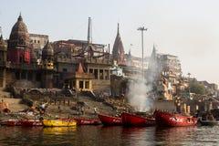 De mening van een boot glijdt door water op de rivier van Ganges langs kust van Varanasi Royalty-vrije Stock Foto