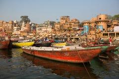 De mening van een boot glijdt door water op de rivier van Ganges langs kust van Varanasi Stock Afbeeldingen