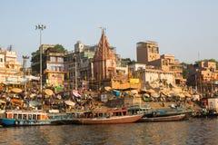 De mening van een boot glijdt door water op de rivier van Ganges langs kust van Varanasi Royalty-vrije Stock Afbeelding