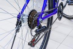 De mening van een fiets past mechanisme met ketting op wiel aan royalty-vrije stock afbeeldingen