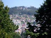 De mening van een heuvel huisvest het huisvesten van de stad van Vigo Royalty-vrije Stock Foto's