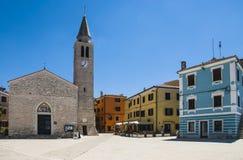 De mening van een hoofdvierkant in Fazana Fasana, een kleine mediterrane stad in Kroatië stock foto's