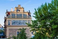 De mening van een oud huis in de oude stad van Praag stock afbeelding