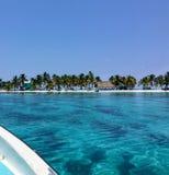 De mening van een passagier die op een kleine boot naar de kleine tropische het lachen vogel caye van de kust van Belize reizen royalty-vrije stock foto's