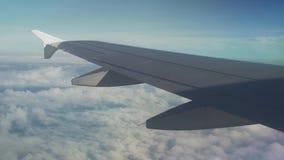 De mening van een vliegtuig op vleugel van een vliegtuig en een cumulus betrekt over de van de overzeese video voorraadlengte stock videobeelden