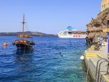 De mening van ETS tur kruist schip van haven van Fira, Santorini-eiland, Griekenland stock afbeeldingen