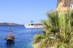 De mening van ETS tur kruist schip van haven van Fira, Santorini-eiland, Griekenland royalty-vrije stock foto's