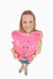 De mening van Fisheye van een jonge vrouw die een piggy-bank neigt Royalty-vrije Stock Afbeeldingen