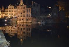 De mening van de gebouwennacht overdacht water in Gent, België op 5 November, 2017 royalty-vrije stock foto