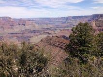 De mening van Grand Canyon Arizona met rotslagen en klippen royalty-vrije stock foto's