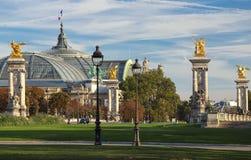 De mening van Grote Palais en de gouden standbeelden in Pont Alexandre III overbruggen, Parijs, Frankrijk royalty-vrije stock foto's