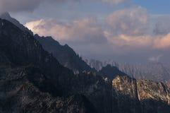 De mening van het bergketenlandschap met dramatische wolken en schaduwen Royalty-vrije Stock Foto