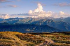 De mening van het bergketenlandschap met met mooie zonsondergangwolken, Svaneti, Georgië Royalty-vrije Stock Afbeelding