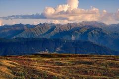De mening van het bergketenlandschap met met mooie zonsondergangwolken, Svaneti, Georgië Stock Fotografie
