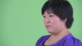 De mening van het close-upprofiel van het gelukkige jonge te zware Aziatische vrouw glimlachen stock videobeelden
