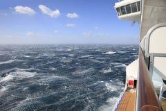 De mening van het cruiseschip van een balkon van ruwe overzees en blauwe hemel Stock Foto's