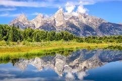 De mening van het de bergenlandschap van Grand Teton met waterbezinning, de V.S. Stock Foto