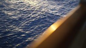De Mening van het het Dektraliewerk van het cruiseschip voorraad Mening van de overzeese golven van het schip stock videobeelden