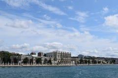 De mening van het Dolmabahcepaleis van Bosphorus stock afbeelding