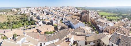 De mening van het dorpspanorami van Bañosde La encina, de provincie van Jaen, Spanje stock foto's