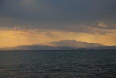De mening van het eiland bij zonsondergang Royalty-vrije Stock Foto's