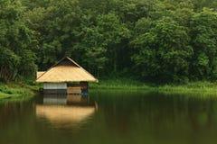 De Mening van het Groen van de Hut van het meer Stock Afbeelding