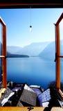 De mening van het Hallstattmeer van venster Royalty-vrije Stock Afbeeldingen