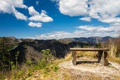 De mening van het heuvellandschap met bank en dramatische hemel Royalty-vrije Stock Foto