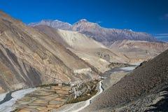 De mening van het Himalayagebergte omringde het dorp Kagbeni Stock Foto