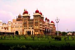 De mening van het historische Fort van Mysore dat in Mysore, Karnataka, India wordt gevestigd Stock Fotografie