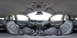 de mening van het 360 hoekpanorama in binnenland van prestige moderne auto Hyundai Hoogtepunt 360 door 180 graden royalty-vrije stock foto's