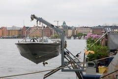 De mening van de het huisboot van Stockholm van riverbank royalty-vrije stock foto
