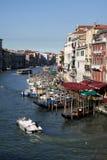 De Mening van het kanaal met Boten/Gondels - Venetië Italië Royalty-vrije Stock Foto's