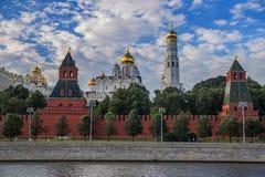 De mening van het Kremlin van de Rivier van Moskou royalty-vrije stock afbeeldingen