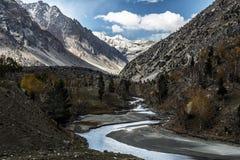 De mening van het land van Pakistan langs Karakorum-weg stock foto