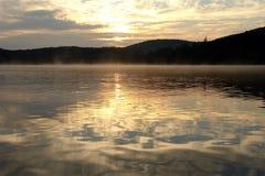 De mening van het meer bij 6am Stock Foto's