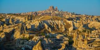 De mening van het observatiedek van Goreme in Zonnig weer: schommel het huis, de heuvels en het kasteel van Uchisar Turkije, royalty-vrije stock afbeelding